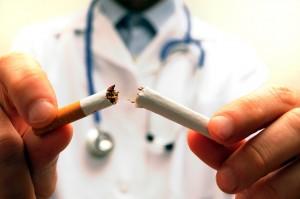Medico y cigarrillo