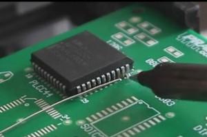 Chip informático con aspecto de araña. Dentro pueden haber hasta millones de componentes que no se pueden ver a simple vista.