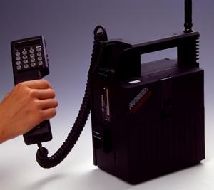 Una imagen de como eran los primeros móviles. Sobran las palabras.