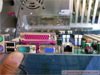 Conector o puerto paralelo, situado por lo general en la parte trasera del PC. Ubicado en el ordenador siempre es hembra.