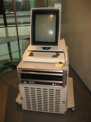 El Xrox Alto ademas de tener barra de herramientas y funcionar con interfaz gráfica. El diseño es muy de fotocopiadora típico de xerox. El monitor no esta del revés se diseñó así para ver documentos de manera mas cómoda.