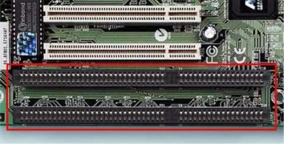 Vemos abajo el bus ISA y arriba el bus PCI. El bus ISA fue tanto tiempo parte de la informática que cuando salió el nuevo bus PCI, los PC debían llevar ambos estándares para ser compatibles.