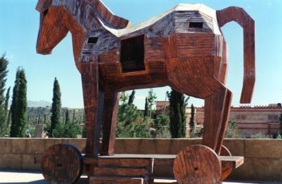 Una representacion de lo que pudo ser el caballo de Troya, dentro estaba hueco y llevaba al enemigo que supuso la perdición para la ciudad después de muchas batallas. Hoy en día se usa este símil para un programa que nos espia.