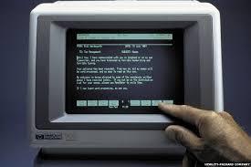 Foto del HP-150 el primer ordenador comercializado con pantalla táctil. Se basaba en una red de transmisores y receptores infrarrojos que detectaban cualquier elemento  no transparente en la pantalla.