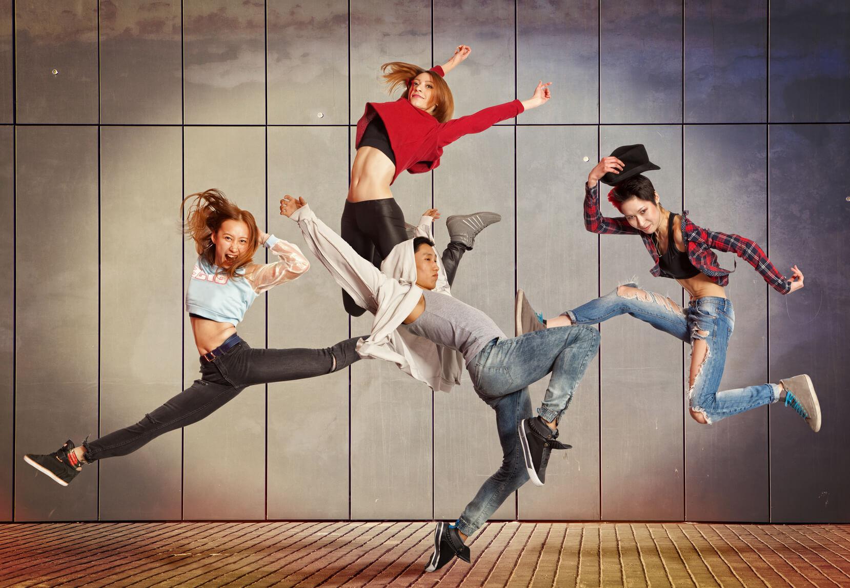 Actualmente, muchas personas acuden a una academia de baile con el fin de  asistir a clases de hip hop. Esta corriente que nació en Estados Unidos, ...