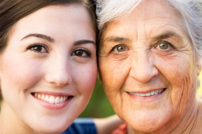 Visagismo-mujer-joven-junto-abuela
